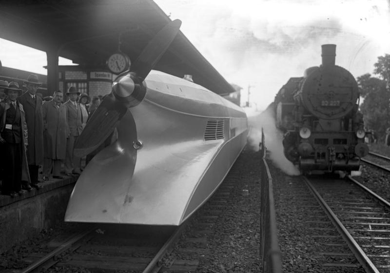 Инженер Франц Крюкенберг сконструировал значительно усовершенствованный винтовой вагон, названный - рельсовый цеппелин.
