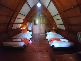 Kamar tidur lantai atas dengan kipas angin