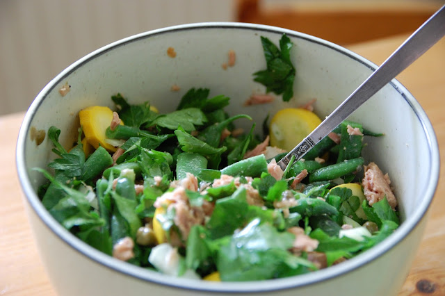 a bowl of green salad with tuna