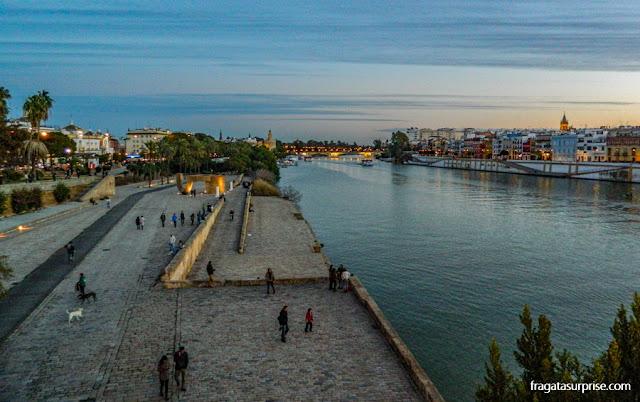 Sevilha, Adaluzia: Paseo de Cristobal Colón e Rio Guadalquivir