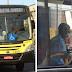 Motorista para ônibus para ajudar idosa e passageiros elogiam atitude