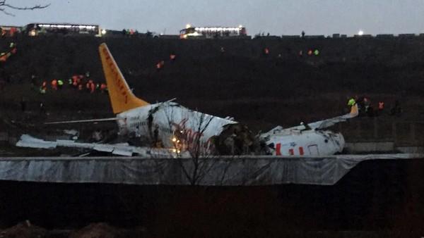 Pesawat Terbelah Tiga di Bandara, 3 Orang Tewas dan 179 Luka