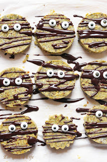 Recipes to make raw vegan cookies for Halloween
