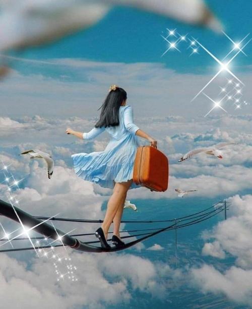 #PraCegoVer: Uma jovem com mala na mão, se equilibra numa corda nas nuvens ao lado das graças.