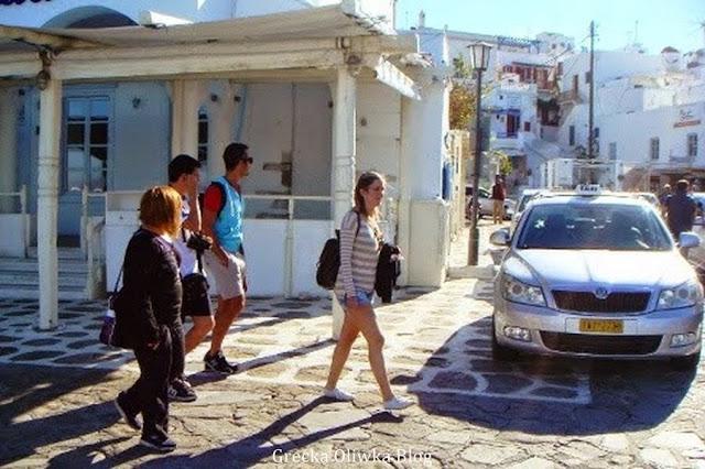 turyści w krótkich spodenkach, postój taksówek mykonos