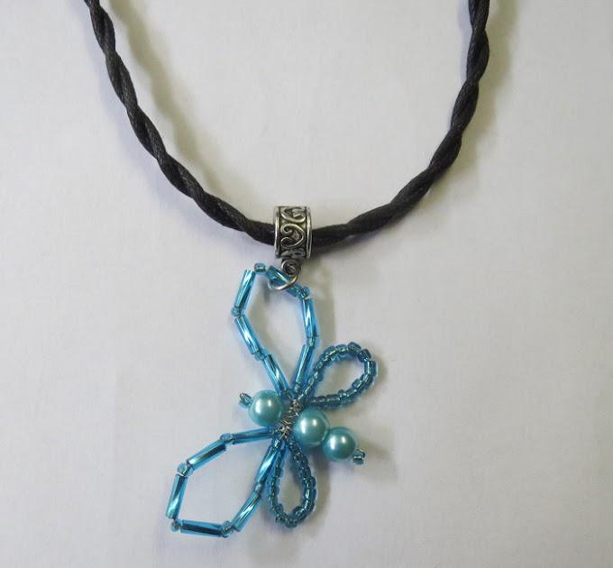 Halsband med pärlad blå fjäril