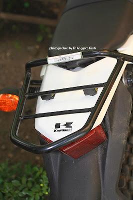 Behel bagasi belakang terpasang di Kawasaki KLX 150S