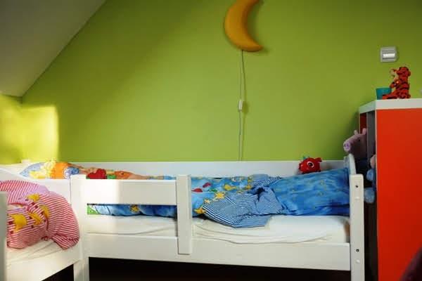 łóżko we wspólnym pokoju dzieci, łóżko trzylatka duże z barierkami