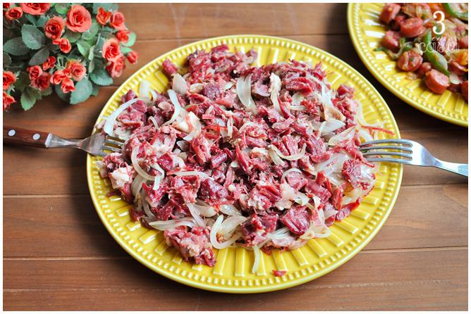 carne seca acebolada receita