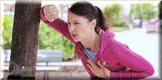 Nyeri dada yang menjalar hingga ke ulu hati akan terasa kembung dan terkadang diikuti sendawa, mirip dengan gejala maag. Bedanya dengan ciri sakit maag, tentu saja ada pada pencetusnya. Ciri ciri kembung yang berasal dari jantung akan muncul setelah penderita melakukan aktivitas fisik. Misalnya ketika ia berjalan cepat, lambungnya langsung terasa tidak nyaman.