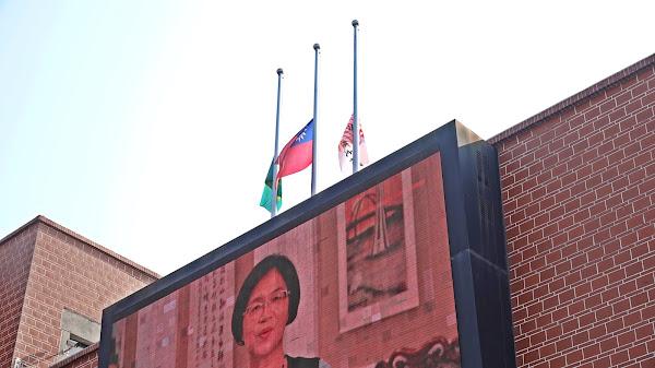 彰化縣立圖書館前設二二八紀念碑 降半旗追思哀悼