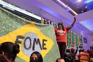 Em protesto contra fome, MTST ocupa prédio da bolsa de valores em SP