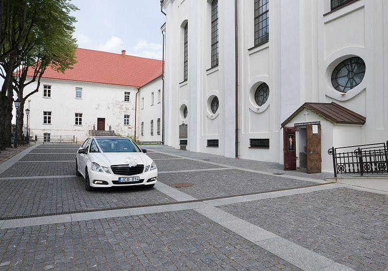 baltas automobilis vestuvėms