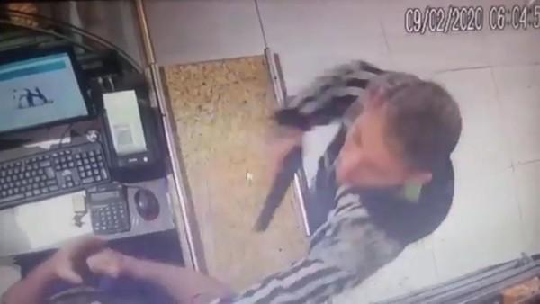 Homem reage a assalto e toma arma de brinquedo de criminoso em Fortaleza