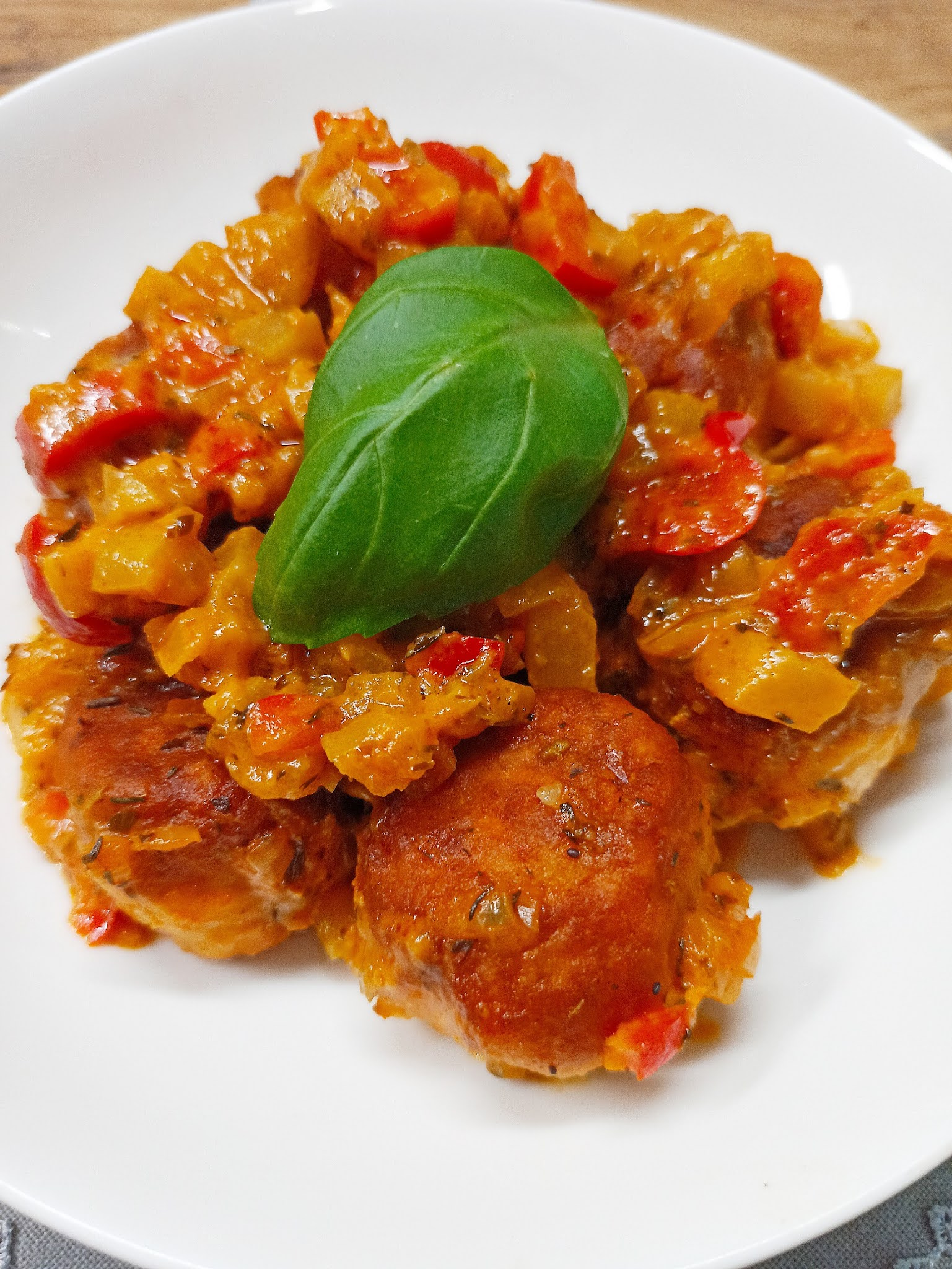 Mięsno-ryżowe klopsiki w sosie warzywnym