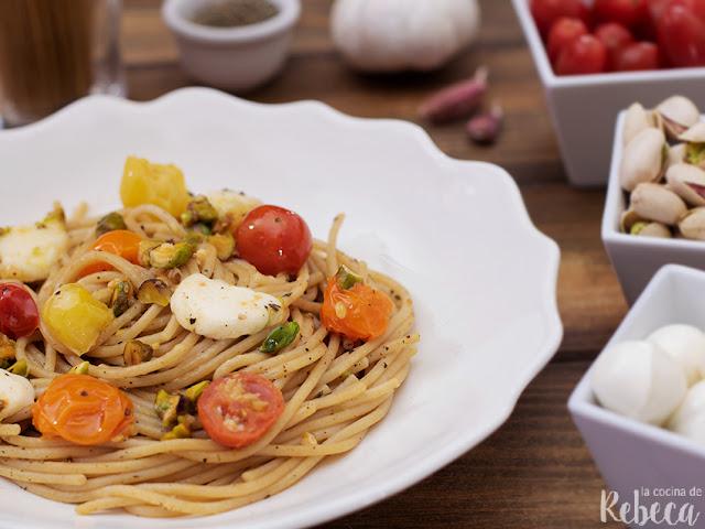 Espaguetis caprese con pistachos