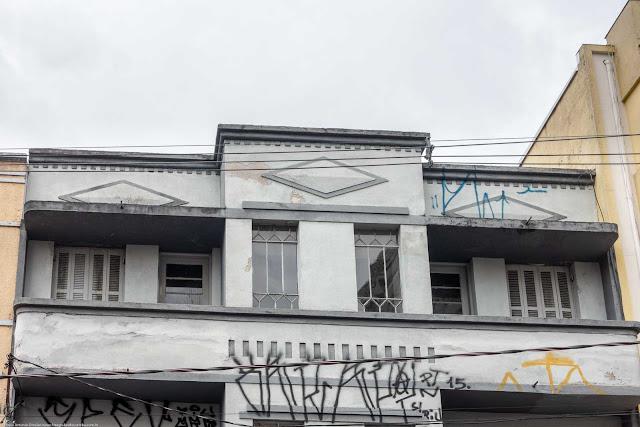 Detalhes em um pequeno edifício na Rua Riachuelo