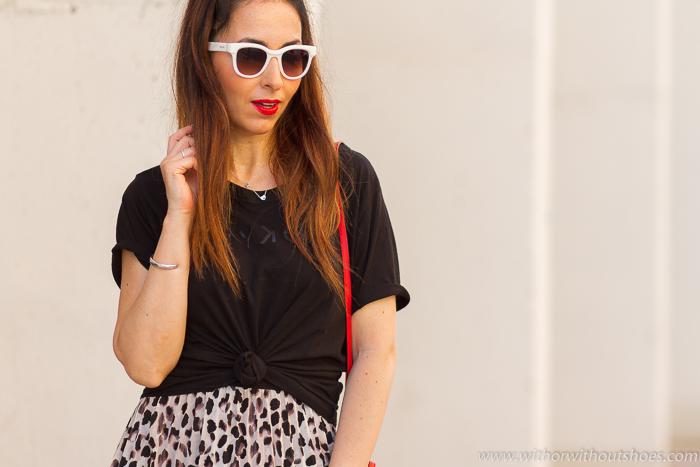 tendencias streetstyle Influencer blogger valencia con look urban chic casual estiloso falda leopardo animal print deportivas y bolso Fratelli Rossetti