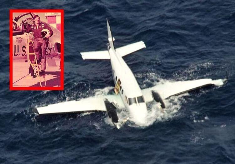 Pilot Walter Wyatt Jr. uçağı denize düştüğü için köpek balıklarıyla 15 saat yüzmek zorunda kaldı.