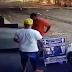 Câmera de vigilância mostra momento que homem é esfaqueado no pescoço; veja vídeo