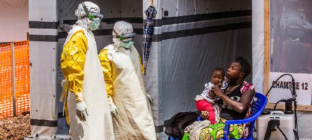 Trabajadores de salud visitan a una madre y su hija en el centro de tratamiento de ébola en Butembo, República Democrática del Congo. UNICEF/Tremeau