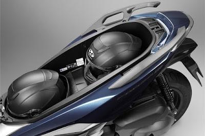 Bagasi luas Honda Forza 300 2018 atau Forza 250 muat dua helm dan tersisa ruang