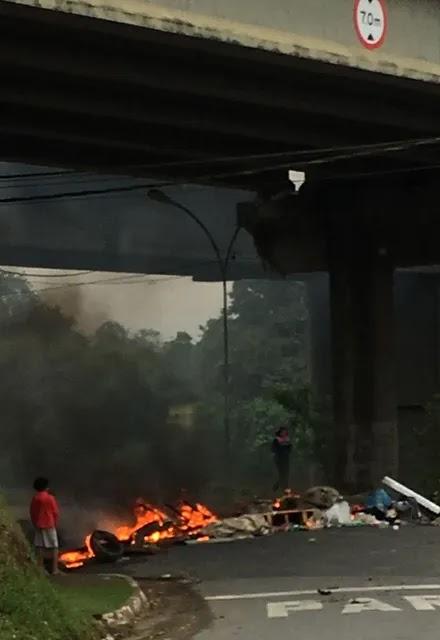 Moradores do bairro Vila Nova, em Registro-SP, protestam contra morte de adolescente