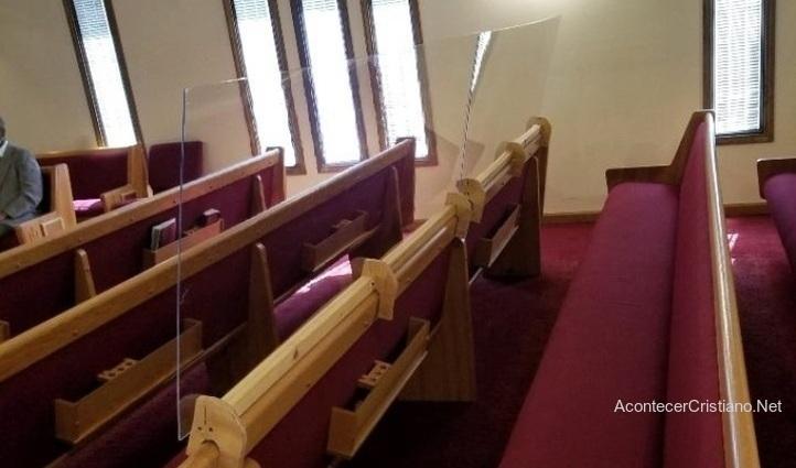Barrera de plástico entre las bancas de iglesia