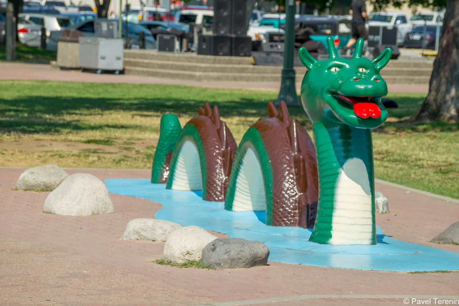Здесь установлена еще одна скульптура, которая изображает местную версию Лохнесского чудовища - Огопого.