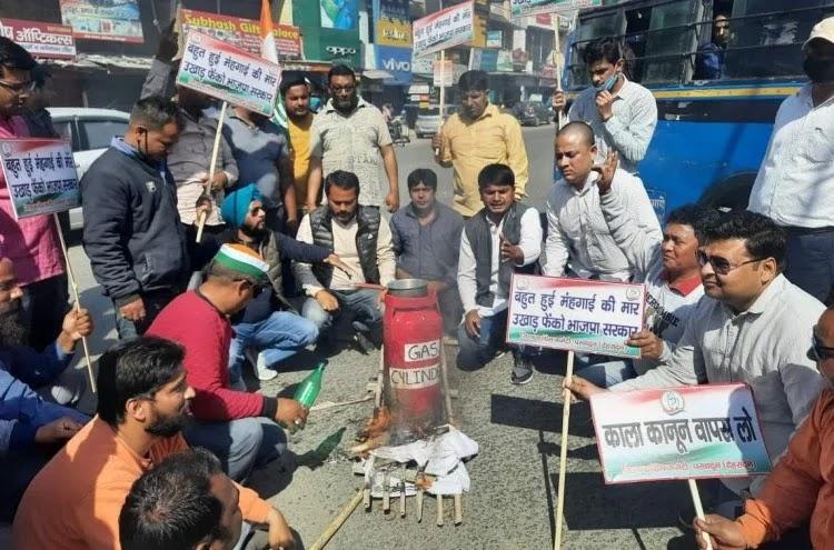 रसोई गैस के दामों में बढ़ोतरी होने पर रसोई गैस सिलेंडर की अर्थी निकालकर दहन करते कांग्रेस कार्यक? - फोटो : RISHIKESH