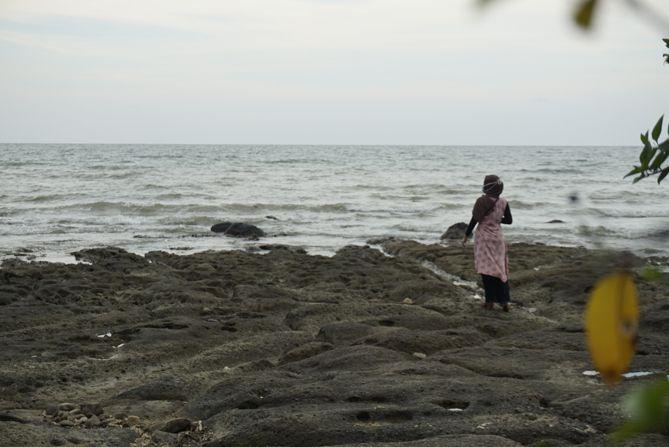 Berfoto di Pantai Jatisari, Rembang