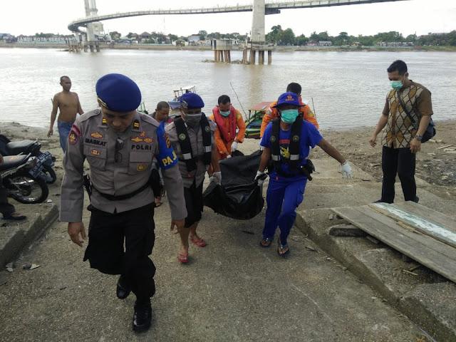 Ditpolairud Polda Jambi Bersama Personil Basarnas Dan Polsek Telanaipura Evakusi Jenazah Yang Mengapung Disungai Batanghari