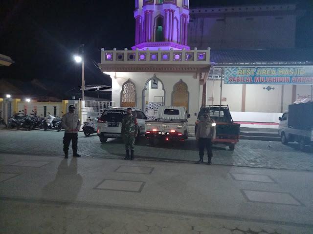 Personel polsek dusteng melaksanakan pengamanan sholat taraweh di masjid besar sabilal mujahidin ampah