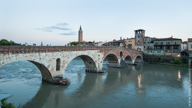 Ponte di Pietra Verona ciudad romantica bonita Italia viaje