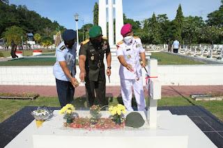 Peringati HUT TNI Ke-76, Kodam XVII/Cenderawasih Ziarah Rombongan di TMP Kusuma Trikora
