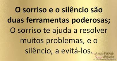 O sorriso e o silêncio são duas ferramentas poderosas; O sorriso te ajuda a resolver muitos problemas, e o silêncio, a evitá-los.