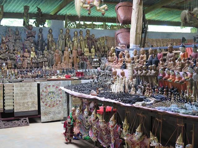 Puesto de artesanía en la Aldea Indein (Lago Inle)