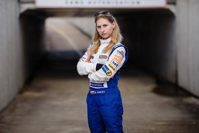 Gosia Rdest se prepara para tomar una antigua pista de Fórmula 1
