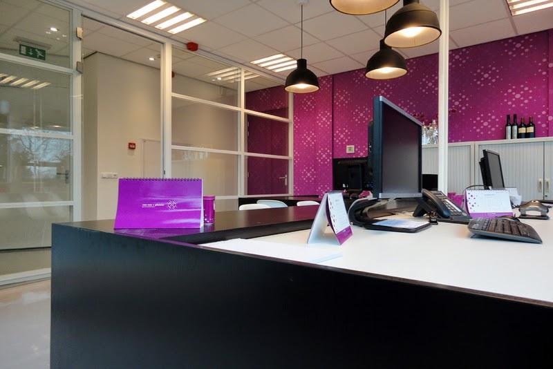 Oficinas de color morado colores en casa for Decoracion para oficinas modernas