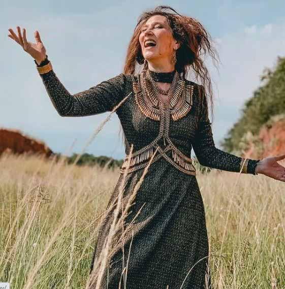 Rainha Jaluzi cantando no meio do mato