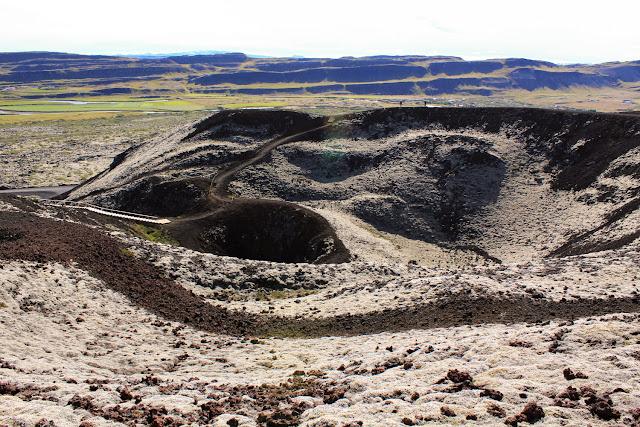 Interior del volcán Grábrók en el oeste Islandia