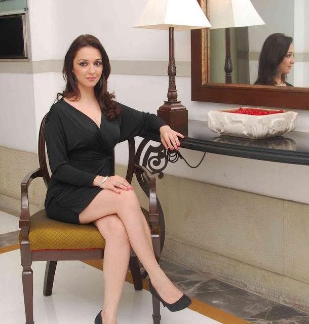 Nauheed Cyrusi Sexy Pics
