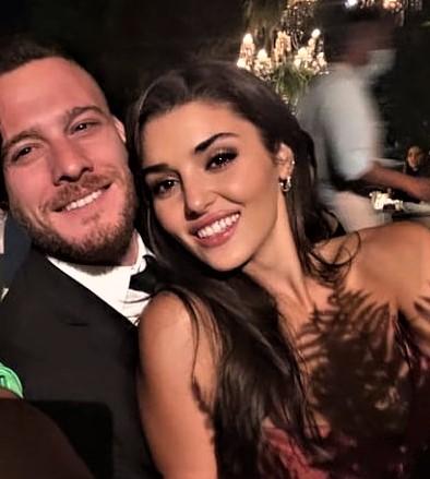 Kerem Bürsin and Hande Erçel, very elegant at a wedding