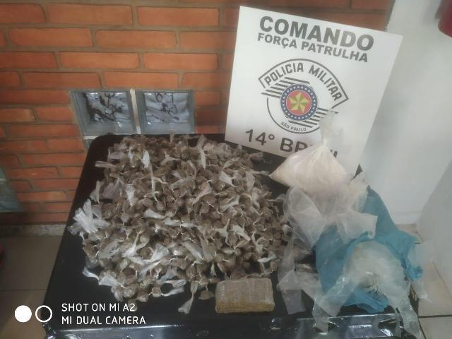 POLÍCIA MILITAR PRENDEU UM HOMEM COM MAIS DE TRES QUILOS DE MACONHA E COCAINA EM UMA MOCHILA EM CAJATI