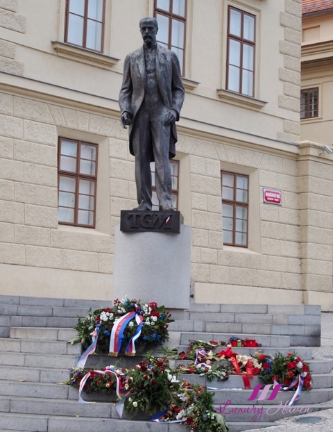 prague castle bronze statue tomas garrigue masaryk