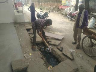 क्षेत्र पंचायत सदस्य ने स्वयं किया नाली की सफाई    #NayaSaberaNetwork