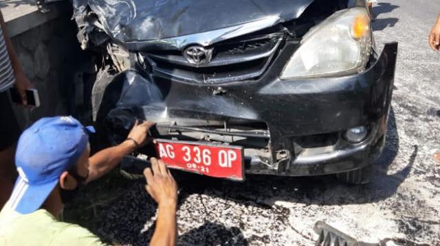 Bruk! Mobil Pelat Merah Tabrakan, Pemotor Terpelanting 'Pindah Alam'