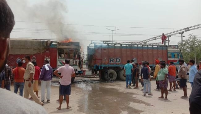 नंदगंज रेलवे स्टेशन पर धू-धू कर जलने लगा रैक पर खड़ा ट्रक