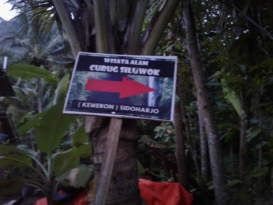 Plang petunjuk menuju Curug Siluwok