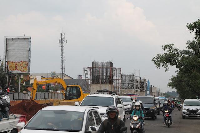 Proyek jalan tol dan LRT tengah digenjot di kawasan yang sudah lama dikenal dengan kemacetan lalulintasnya (Pius)